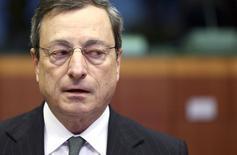 """O presidente do BCE, Mario Draghi, no começo de uma reunião entre ministros das finanças da zona do euro, em Bruxelas. A inflação na zona do euro está """"bem abaixo"""" da meta do Banco Central Europeu e quanto mais tempo permanecer em tal nível baixo, mais difícil será fazê-la voltar à meta, disse Draghi nesta segunda-feira. 17/02/2014 REUTERS/Francois Lenoir"""