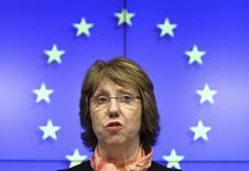 """Верховный представитель ЕС по внешней политике Кэтрин Эштон на пресс-конференции в Брюсселе 3 марта 2014 года. Евросоюз и США предупредили, что могут принять к России """"точечные меры"""", включая санкции для банков, замораживание активов и визовые запреты, если Москва не прекратит эскалацию кризиса на Украине, сказали европейский дипломат и американский сенатор. REUTERS/Yves Herman"""