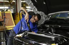 Un trabajador de Chrysler trabaja en un vehículo en la planta de ensamblaje de Warren en Warren, EEUU, dic 11 2013. La actividad fabril en Estados Unidos repuntó de un mínimo de ocho meses en febrero y el gasto del consumidor subió más de lo esperado en enero, lo que sugiere que la mayor economía del mundo está recuperando parte de su impulso después de una reciente desaceleración. REUTERS/Rebecca Cook