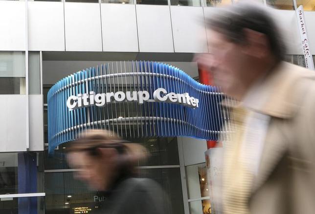 People walk past the Citigroup headquarters in New York, November 24, 2008. REUTERS/Brendan McDermid
