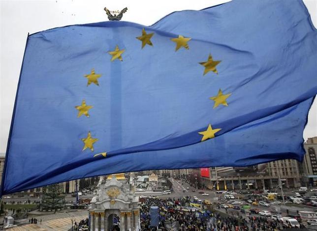 3月3日、EUはウクライナ危機をめぐり、ロシアが緊張緩和に努めない場合、同国に対し「的を絞った措置」を検討することで合意した。写真はEU旗。キエフで2013年11月撮影(2014年 ロイター/Valentyn Ogirenko)