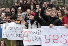 Студенты на акции протеста во Львове 22 ноября 2013 года. Оказавшаяся на грани дефолта Украина, сменившая в результате революции власть, ратифицировала кредитное соглашение о макрофинансовой помощи Европейского Союза на сумму 610 миллионов евро. REUTERS/Marian Striltsiv