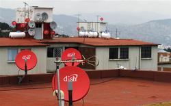 Antenas satelitales de Dish en el techo de una vivienda en Ciudad de México, jul 12 2011. Dish Network y Walt Disney alcanzaron un acuerdo a largo plazo que permite al segundo mayor proveedor de televisión de pago por satélite emitir el contenido de cadenas propiedad de Disney, como ABC o ESPN, y ofrecer programas fuera de la suscripción tradicional. REUTERS/Carlos Jasso