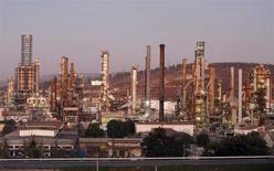 La refinería de petróleos de la la estatal ENAP en Concón, Chile, mayo 24 2010. El Indice de Precios al Consumidor (IPC) en Chile habría subido un 0,2 por ciento en febrero, empujado principalmente por alzas en combustibles debido a una depreciación de la moneda local frente al dólar y un repunte en el valor de frutas y verduras, mostró el martes un sondeo de Reuters. REUTERS/Eliseo Fernandez