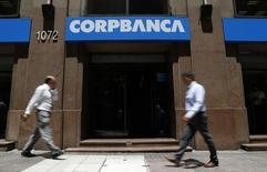 Pessoas passam pela frente de uma agência do CorpBanca no centro de Santiago. Um investidor minoritário norte-americano está pedindo ao conselho do CorpBanca para desfazer sua recente associação com o Itaú Unibanco Holding e lançar um novo leilão, alegando que o banco chileno beneficiou seu acionista controlador, em detrimento dos minoritários, de acordo com documento ao qual a Reuters teve acesso. 29/01/2014 REUTERS/Ivan Alvarado