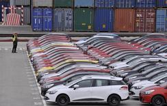 Carros da Renault aguardam exportação no porto de Koper. A montadora francesa Renault reduziu sua projeção de crescimento no mercado global para este ano, dando sinal de que a indústria está ficando cada vez mais preocupada com a volatilidade dos mercados emergentes, mesmo com um aumento recente na demanda europeia. 16/10/2013 REUTERS/Srdjan Zivulovic