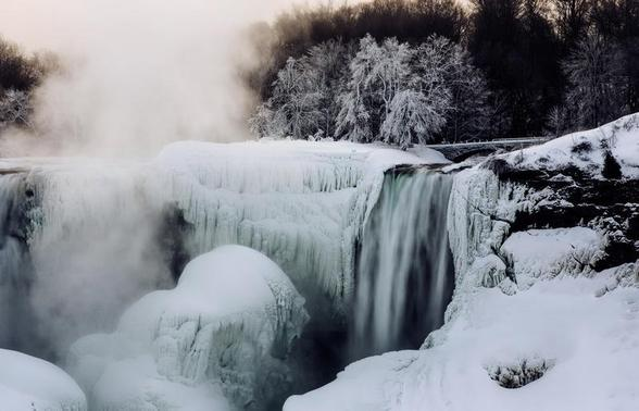 A partially frozen Niagara Falls is seen on the American side during sub freezing temperatures in Niagara Falls, Ontario, March 3, 2014.    REUTERS/Mark Blinch