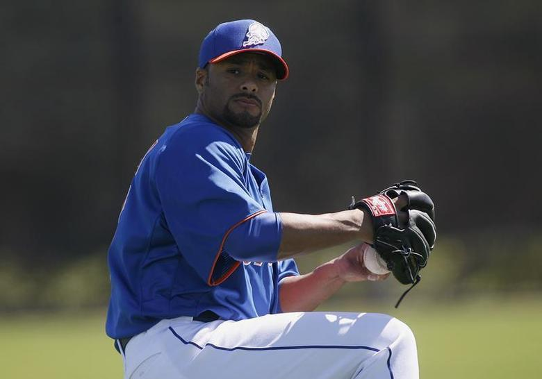 New York Mets pitcher Johan Santana throws during a MLB National League baseball spring training workout in Port St Lucie, Florida February 17, 2013. REUTERS/Andrew Innerarity