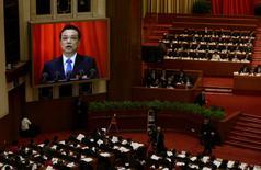 """S'exprimant en ouverture de la session annuelle du Parlement, l'Assemblée populaire nationale, le Premier ministre chinois Li Keqiang a une nouvelle fois laissé entendre que le temps de la croissance effrénée était désormais révolu, Pékin ayant en effet annoncé une """"guerre"""" contre la pollution et une décélération du rythme de hausse des investissements, qui tombera cette année à un creux de plus de dix ans. /Photo prise le 5 mars 2014/REUTERS/Jason Lee"""