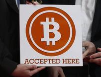 Uma placa de Bitcoin vista durante a inauguração da primeira loja de varejo de bitcoins de Hong Kong, em Hong Kong. O Flexcoin, um banco de bitcoins baseado no Canadá, disse que está encerrando as atividades após perder um total de bitcoins equivalentes a cerca de 600 mil dólares a um ataque de hackers, que foi possibilitado por falhas no código de seu software. 28/02/2014 REUTERS/Bobby Yip