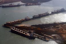 Navios aguardando carregamento de minério de ferro em Port na Austrália. Os preços do minério de ferro no mercado asiático caiu para seu nível mais baixo desde o final de junho, pressionado pela lenta demanda do maior consumidor global, a China, enquanto operadores despejam cargas no mercado para reduzir as perdas, em meio a temores de que os preços possam cair ainda mais. 03/12/2013 REUTERS/David Gray