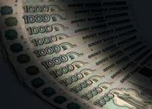 Тысячерублевые банкноты, Москва, 17 февраля 2014 года. Рубль подорожал в среду к бивалютной корзине до уровней, предшествовавших острой фазе российско-украинского конфликта. REUTERS/Maxim Shemetov