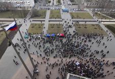 Пророссийские демонстранты на акции у здания областной администрации в Донецке 3 марта 2014 года.Толпа пророссийских активистов в среду вернула себе контроль над зданием областной администрации индустриального региона, несколькими часами спустя после того, как украинские активисты водрузили на крыше национальный стяг, по соседству с воздвигнутым в субботу российским. REUTERS/Stringer