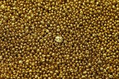 Oro granulado en la planta refinadora Valcambi SA en Balerna, Suiza, dic 20 2012. Cinco bancos involucrados en establecer los precios referenciales del oro en Londres fueron acusados de manipulación en una demanda presentada en Estados Unidos, según el recurso judicial que llegó a una corte federal de Nueva York. REUTERS/Michael Buholzer