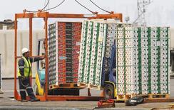 Unos empleados cargan cargamentos de fruta en el puerto de Valparaíso, Chile, ene 8 2014. La economía chilena creció un 1,4 por ciento interanual en enero, su desempeño mensual más débil en casi cuatro años, en otra señal de una desaceleración más intensa a la prevista y que eleva las expectativas de nuevos recortes a la tasa referencial de interés. REUTERS/Eliseo Fernandez