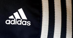 El logo de Adidas en una tienda de la firma en Múnich, mar 4 2014. Adidas advirtió el miércoles que la depreciación de las monedas de varios mercados emergentes, en especial el rublo, dañará sus resultados en el 2014 y representa una amenaza para los del 2015, incluso con una mejoría en las ventas por el Mundial de fútbol. REUTERS/Michael Dalder