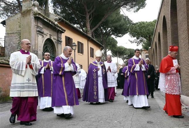 Pope Francis (C) arrives to lead Ash Wednesday mass at Santa Sabina Basilica in Rome March 5, 2014. REUTERS/Alessandro Bianchi