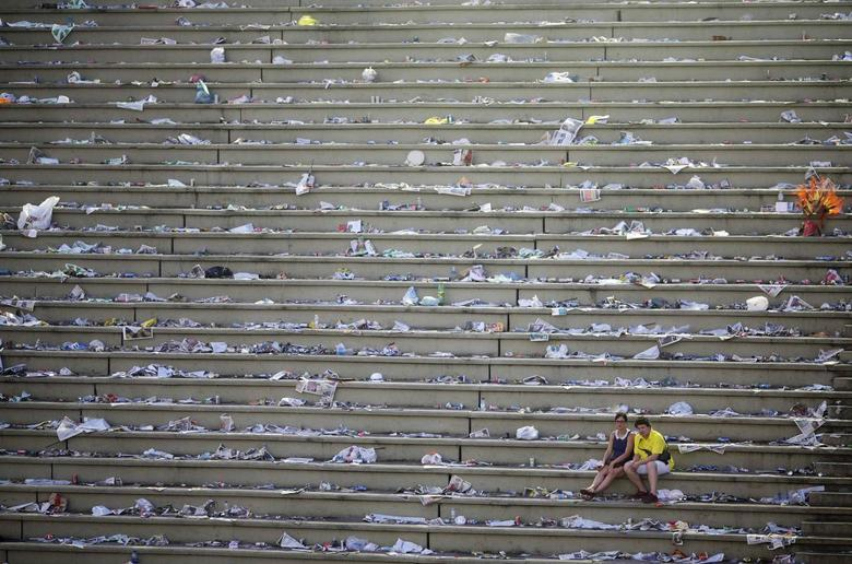 Revellers rest in a nearly empty Sambadrome after the end of the annual Carnival parade in Rio de Janeiro, March 4, 2014. REUTERS/Ricardo Moraes