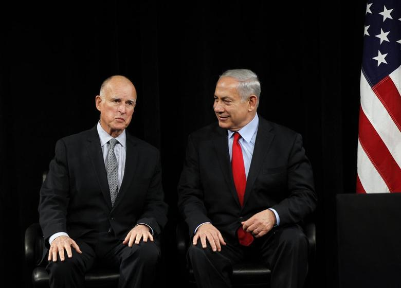 Israel's Prime Minister Benjamin Netenyahu (R) and California Governor Jerry Brown talk prior to their speeches at the Computer History Museum in Mountain View, California March 5, 2014. REUTERS/Robert Galbraith
