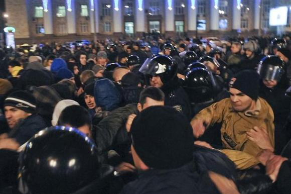 Pro-Russian demonstrators clash with participants of an anti-war rally as riot police try to separate them, in Donetsk March 5, 2014. REUTERS/Mikhail Maslovsky