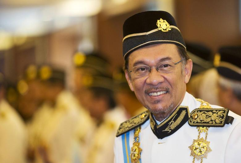 Malaysia's opposition leader Anwar Ibrahim smiles as he he arrives for the opening of the parliament sitting at Parliament House in Kuala Lumpur June 25, 2013. REUTERS/Ahmad Yusni/Pool