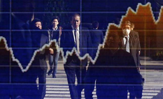 3月6日、日本株は後場急伸したが、短期筋による仕掛け的な買いとの見方も多く、市場には戸惑いもみられる。写真は都内で昨年12月撮影(2014年 ロイター/Yuya Shino)