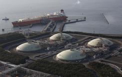 Хранилища СПГ и танкер у ТЭЦ Tokyo Electric Power Co. в Фуццу 20 февраля 2013 года. России и Китаю придется смягчить внешнюю политику по мере расширения мировой торговли сжиженным природным газом (СПГ) в ближайшее десятилетие, говорят участники нефтегазовой конференции IHS CERAWeek в Хьюстоне. REUTERS/Issei Kato