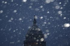 Вашингтонский Капитолий во время снегопада 3 марта 2014 года. Сильные морозы в большинстве регионов США ударили по потребительским расходам в последние недели, что привело к замедлению экономического роста или сокращению производства в некоторых штатах, сообщила ФРС в среду. REUTERS/Jonathan Ernst