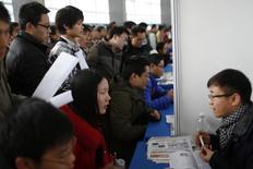 Соискатели на бирже труда в Шанхае 1 марта 2014 года. Для Китая не будет проблемой немного не достичь правительственного ориентира роста экономики 7,5 процента в этом году, если будет создано достаточное количество рабочих мест, сказал в четверг министр финансов, подчеркнув, что здоровый рынок труда важнее. REUTERS/Aly Song
