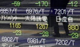 Um pedestre é refletido em um painel com cotações em Tóquio. Grandes investidores institucionais são responsáveis por 80 por cento do meio trilhão de dólares que estrangeiros têm colocado na dívida soberana de mercados emergentes nos últimos anos, apontou uma análise feita por economistas do Fundo Monetário Internacional. 28/08/2013 REUTERS/Yuya Shino