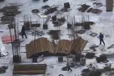 Trabalhadores em um centro de obras no centro de Xangai. A produção chinesa de aço, que atingiu 779 milhões de toneladas em 2013, está atualmente próxima do pico, com o mercado enfraquecendo e o governo determinado a cortar o excesso de capacidade produtiva responsável por dívidas crescentes do setor e forte poluição no país, afirmam executivos. 21/02/2014 REUTERS/Aly Song