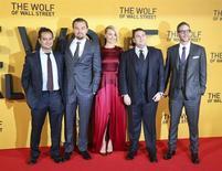 """Da esquerda para a direita, Riza Aziz, produtor, os atores Leonardo DiCaprio, Margot Robbie e Jonah Hill e o produtor Joey McFarland chegam para a estreia de """"O Lobo de Wall Street"""" em Londres. """"Trapaça"""" e """"O Lobo de Wall Street"""" receberam cada um oito indicações para o prêmio MTV Movie Awards, na quinta-feira, superando """"Jogos Vorazes-Em Chamas"""" e """"Família do Bagulho"""". 09/01/2014 REUTERS/Paul Hackett"""