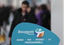 Una tienda de la firma de telecomunicaciones Bouygues en Niza, Francia, mar 5 2014. Bouygues hizo una oferta el jueves para comprar a su rival más grande de telecomunicaciones SFR, lo que involucra mayores riesgos regulatorios y una compensación más lenta para su vendedor, Vivendi, que una oferta rival de Numericable. REUTERS/Eric Gaillard