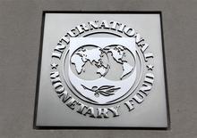 El logo del Fondo Monterario Internacional en la sede de su edificio en Washington, abr 18 2013. Los grandes inversores institucionales representan un 80 por ciento del medio billón de dólares que los extranjeros han invertido en deuda soberana de mercados emergentes en los últimos años, según un análisis de economistas del Fondo Monetario Internacional. REUTERS/Yuri Gripas