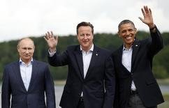 """Президент России Владимир Путин, британский премьер Дэвид Кэмерон и президент США Барак Обама на групповом фото для саммита """"Большой восьмёрки"""" в Эннискиллене, Северная Ирландия 18 июня 2013. Президент США Барак Обама поручил закрыть въезд и заморозить активы людей и компаний, действия которых угрожают территориальной целостности Украины, и объяснил санкции стремлением наказать Россию за интервенцию. Лидеры ЕС предупредили, что последуют примеру Америки, если Москва не прислушается к мнению Запада и Киева. REUTERS/Kevin Lamarque"""