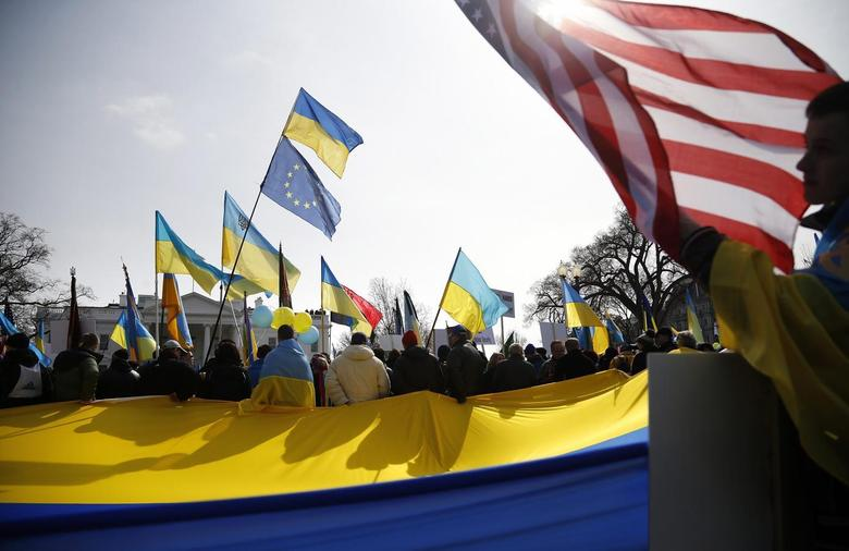 Demonstrators call on the U.S. to take measures against Russia's recent actions in Ukraine, in front of the White House in Washington March 6, 2014. REUTERS/Jonathan Ernst