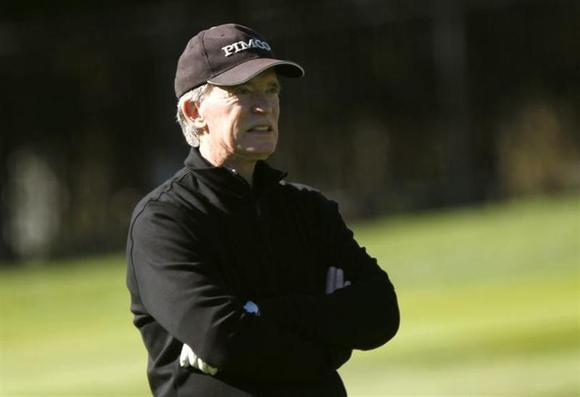 Bill Gross plays golf on the first hole at Pebble Beach Golf Links before the start of the AT&T Pebble Beach Pro-Am in Pebble Beach, California, February 8, 2012. REUTERS/Robert Galbraith