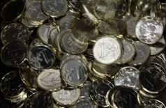 Монеты евро на монетном дворе в Брюсселе 4 февраля 2014 года. Курс евро держится вблизи двухмесячного максимума по отношению к доллару после объявления решений Европейского центрального банка и накануне публикации отчета о занятости в США. REUTERS/Francois Lenoir