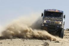 Экипаж Владимира Чагина во время гонки Дакар-2009 в Чили 12 января 2009 года. Крупнейший российский производитель грузовиков Камаз снизил чистую прибыль по итогам 2013 года на 31 процент до 4 миллиардов рублей, сообщил автоконцерн в пятницу. REUTERS/Ivan Alvarado