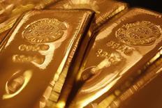 Золотые слитки в магазине Ginza Tanaka в Токио 17 сентября 2010 года. Цены на золото близки к максимуму четырех месяцев и вырастут пятую неделю подряд за счет ослабления доллара и геополитического кризиса на Украине. REUTERS/Yuriko Nakao