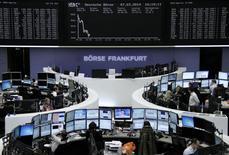 Помещение Франкфуртской фондовой биржи 7 марта 2014 года. Европейские фондовые рынки снижаются из-за риска усиления напряженности в российско-украинских отношениях в выходные. REUTERS/Remote/Stringer