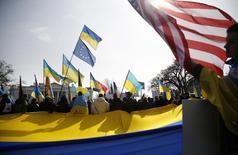 Акция в поддержку Украины у Белого дома в Вашингтоне 6 марта 2014 года. Президент США Барак Обама час проговорил с Владимиром Путиным, убеждая принять условия дипломатического урегулирования ситуации на Украине. REUTERS/Jonathan Ernst