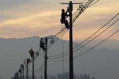 Trabajadores haciendo reparaciones en tendido eléctrico, cerca de Santiago, mayo 26, 2010. El Indice de Precios al Consumidor (IPC) en Chile subió un 0,5 por ciento en febrero, una variación que estuvo por encima de lo esperado pero que no restaría fuerza a la opción de nuevos recortes a la tasa clave de interés ante una mayor desaceleración de la economía. REUTERS/Ivan Alvarado