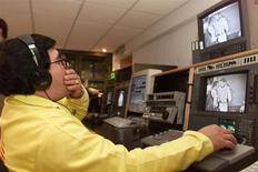 Un trabajador revisa un proceso de conversión de videos analógicos a digitales en las salas de control de la cadena Televisa en Ciudad de México. El regulador de las telecomunicaciones de México publicó el viernes la convocatoria para la licitación de dos nuevas cadenas de televisión abierta con cobertura nacional como parte de un plan que busca aumentar la competencia en un sector liderado por Grupo Televisa. Reuters/Archive