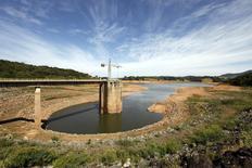 Vista do coletor de água no sistema de abastecimento de água da Cantareira na represa de Jaguari em Joanópolis. Os reservatórios das hidrelétricas no Sudeste/Centro-Oeste, os principais para o abastecimento de energia do país, estão fechando a semana em nível praticamente estável ao registrado ao final de fevereiro, apesar da estimativa de que as chuvas pudessem ajudar em uma recuperação nesse período. 21/02/2014 REUTERS/Paulo Whitaker