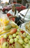 Una vendedora de frutas en el centro de Ciudad de México, mayo 7 2004. La inflación anualizada de México se moderó a un 4.23 por ciento hasta febrero, después de alcanzar el mes previo su mayor nivel en ocho meses, según cifras divulgadas el viernes por el instituto nacional de estadísticas, INEGI. REUTERS/Henry Romero