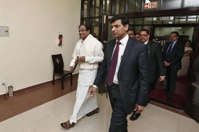 Finance Minister P. Chidambaram (L) and Reserve Bank of India (RBI) Governor Raghuram Rajan (2nd L) arrive to address a joint news conference in New Delhi March 7, 2014. REUTERS/Adnan Abidi