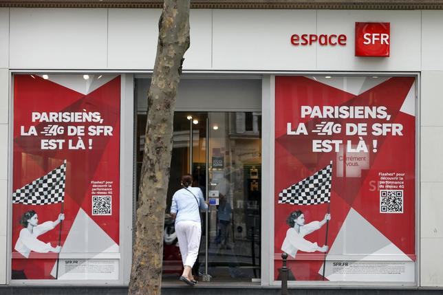 A woman enters a French mobile phone operator SFR shop in Paris August 29, 2013. REUTERS/Charles Platiau