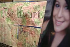 Un panel de mensajes y un retrato de Audrie Pott exhibidos durante una conferencia de prensa en San José, California, abr 15, 2013. Los adolescentes que compartan imágenes de otros sexualmente explícitas en Internet para acosarlos pronto podrían enfrentarse a castigos más duros de acuerdo con una ley propuesta el viernes en California, incitada por el suicidio de una adolescente después de que unas imágenes de su agresión sexual se distribuyeran entre otros estudiantes. REUTERS/Robert Galbraith