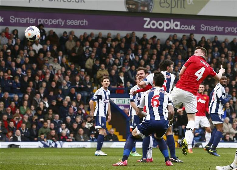Manchester United's Phil Jones (R) scores a goal against West Bromwich Albion during their English Premier League soccer match at The Hawthorns in West Bromwich, central England March 8, 2014. REUTERS/Darren Staples